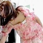【盗撮】まさかの女撮り師にちょっぴり派手目なパンティーを逆さ撮りされたショップ店員さん♪