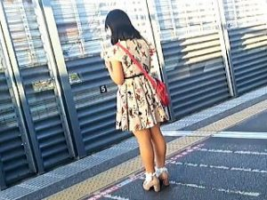 【盗撮】駅のホームで煽りに煽ってくる女子たちを撮り師のプライドにかけて追跡スカメク逆さ撮り♪