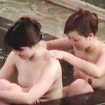 【盗撮動画】雰囲気抜群の温泉女風呂で裸のスキンシップで友情を育んでるレズラーっぽい女子たち♪