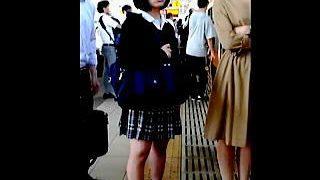 【盗撮】そこそこ混みあってる電車内で逆さ撮りを兼ねて痴漢までしてる掟破りな変態撮り師♪