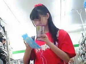 【盗撮】コンビニ店内でフリフリミニスカニーハイレイヤー女子の丸出しパンチラゲット♪
