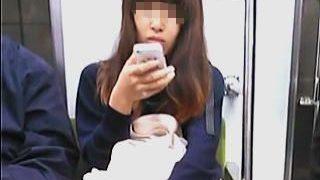 【盗撮】電車内で可愛い女子のリアルなパンチラ撮りにトライしてる駆け出しの初心者撮り師♪