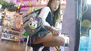 【盗撮】ミニスカ以上のミニスカ穿いてる制服女子校生に粘着して心臓破りのパンチラゲット♪