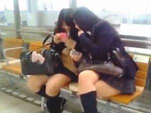 【盗撮】駅で見かけたJKたちをパンチラ逆さ撮りしてエロ指数を測ってるセクキャバスカウトマン♪
