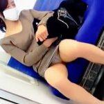 【盗撮】マスクで顔を隠してるのに股間はパンチラ晒して煽ってくる電車内の対面女子を覗き撮り♪