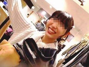 【盗撮】元気ハツラツで笑顔の絶えない店員さんにスカートに着替えてもらってパンチラGET♪