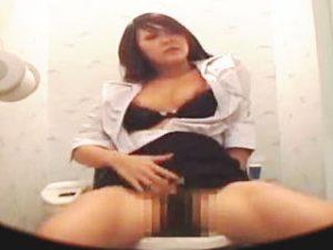 【盗撮】男子社員のカキネタにされてる色っぽいOLは会社のトイレで普通にオナニーしてる件♪