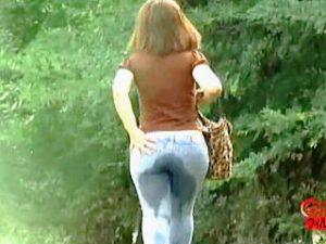 【盗撮】ジーンズ穿いてるノーパンチラ女子たちを追跡撮りすると所構わずお漏らしが拝める件♪
