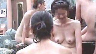 【盗撮】ギャルグループやヤンママたちの全裸が楽しめる露天風呂のほのぼのとした一コマ♪