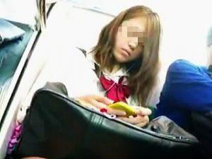 【盗撮】昼下がりの何気ない電車内の風景にJKが存在すると一気に逆さ撮りの欲求が高まる件♪