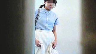 【盗撮】お股を押さえながらカメラ完備のトイレにやってきた素朴な美尻女子を隠し撮り♪