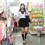 【盗撮動画】リアル店舗でミニスカJKのスカートをあえて捲って生パンチラ撮ってるトコトンなヤツ♪