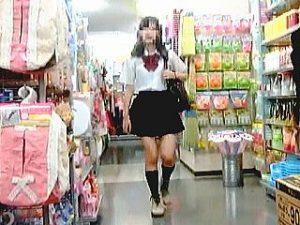 【盗撮】リアル店舗でミニスカJKのスカートをあえて捲って生パンチラ撮ってるトコトンなヤツ♪