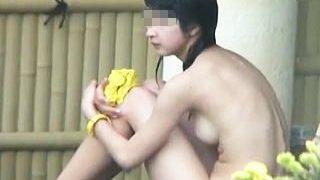 【盗撮】白昼の露天風呂にやって来た母と娘二人が貸切状態に浮かれて全裸を大開放してますた♪