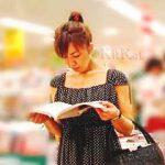 【盗撮】書店で立ち読みしてて自分の世界に入ってる女子たちをじっくりパンチラ逆さ撮り♪