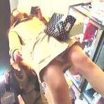 【盗撮動画】靴に仕込んだカメラで女子たちをパンチラ撮りして観るモノを乗り物酔いにさせる痛い撮り師♪