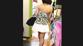 【盗撮】露出度高めの洋服でお買い物中のお姉さんを逆さ撮りしたら脳内と同じくお花畑だった件♪