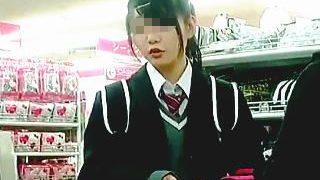 【盗撮】リュックでパンチラガードしてる制服女子校生に敢えて逆さ撮りアタックしてる撮り師♪