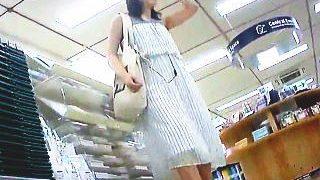 【盗撮】清楚で爽やかな装いのお姉さんは逆さ撮りの格好の腕試しターゲットになってる件♪
