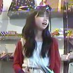 【盗撮動画】休日にお友達とショッピングにやって来た私服JCを狙って逆さ撮りしてるオッサン撮り師♪