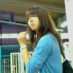 【盗撮動画】駅のホームでターゲットの姿をじっくり拝んでからスカメク撮りしてる腰の座った撮り師♪