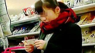 【盗撮】学校帰りの女子校生たちが立ち寄るお店には逆さ撮りを狙う撮り師たちも湧いてる件♪