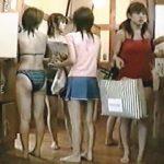 【盗撮】海水浴帰りのギャルたちを追って同じ銭湯に行って羞恥心満載の裸を隠し撮ってる女撮り師♪