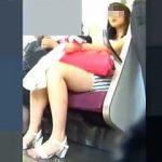 【盗撮】電車内でターゲットにしないと失礼な感じの美脚女子がいたので追跡逆さ撮りしますた♪