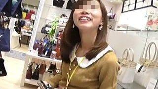 【盗撮】カバン屋の可愛い店員さんを逆さ撮りしたらやっぱり可愛いパンティ穿いてますた♪