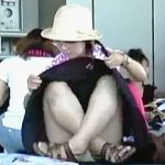 【盗撮】イベント会場の前で開場待ちしてる女子たちはパンチラ開放してヒマ潰ししてる件♪