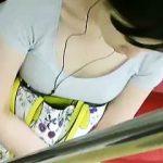 【盗撮】電車のシートに座ってるご婦人のふくよかな胸チラにノボせた真夏の電車あるある♪