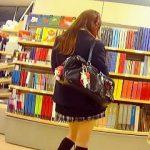 【盗撮】犯罪級のミニスカ穿いたニ〇ル風の女子校生にパンチラ逆さ撮りアタックしてる犯罪者♪