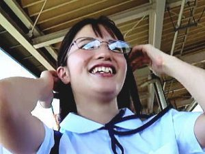 【盗撮】テレビのロケハンの体で健康的な制服メガネ女子校生に声掛けてパンチラ逆さ撮り♪
