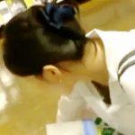 【盗撮】お買い物中のご婦人たちにギリ近づいて胸チラ撮影してる透明人間レベルの撮り師♪
