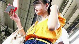 【盗撮】デニムのミニスカ穿いてる女の子はパンチラ魅せたい願望有るので撮ってあげますた♪