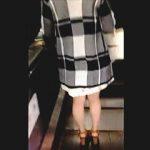 【盗撮】キラッキラのブルーパンティで観る者を異次元の世界に誘う美脚で綺麗なお姉さん♪