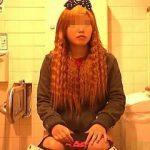 【盗撮動画】見た目の印象通りのド派手なパンティ穿いてるギャルのガサツなオシッコ風景♪