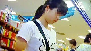 【盗撮】お母さんと一緒に本屋にやって来た私服のガチ女子〇学生の気になるパンチラ撮ったった♪