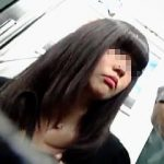 【盗撮】スマホ中毒なムチムチ黒髪女子に逆さ撮り中毒な撮り師が粘着してパンチラ捕獲♪