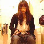 【盗撮】トイレ休憩で入った個室にカメラが仕込まれてて放尿姿を撮られたツイてない女子♪