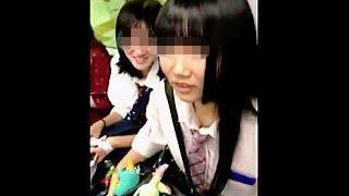 【盗撮】昼下りの電車内でたまたま居合わせたガチ女子校生二人組にロックオンして逆さ撮り♪