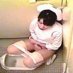 【盗撮】まったく洋式化が進まない古い病院の女子トイレで業務中にオナニーに耽る白衣の天使♪