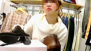 【盗撮】オフタートルニットの可愛い店員さんを逆さ撮りしたらイイ感じに喰い込んでますた♪