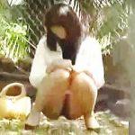 【盗撮動画】野ション場所を探して彷徨ってる女子たちが放尿始めたらエライ目に遭ってますた♪