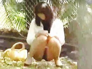 【盗撮】野ション場所を探して彷徨ってる女子たちが放尿始めたらエライ目に遭ってますた♪