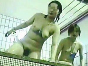 【盗撮】混み合ってる人気のスーパー銭湯で入浴中の全裸女子たちを徘徊撮りした女撮り師♪