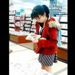 【盗撮動画】書店で見かけた秀才タイプの眼鏡少女の下半身にスマホをぶち込んで禁断の逆さ撮り♪