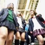 【盗撮】最寄りの駅にやって来た放課後の女子校生たちを追って電車に乗り込んだ逆さ撮り師♪