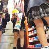 【盗撮動画】修学旅行中のJKグループたちをグッズショップで太ももパンチラ記念撮影したった♪