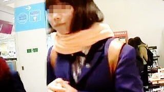 【盗撮】素朴で純朴そうな女子校生のパンチラにこそロマンを感じてる昭和育ちの撮り師♪